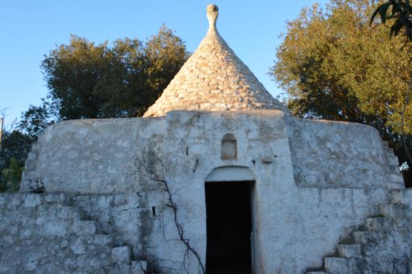 Antico trullo con possibilità di ampliamento e ulivi secolari in vendita in Puglia