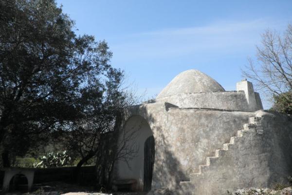 Trullo med mark och utbyggnaden till salu i närheten Carovigno